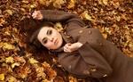 Обои Девушка лежит на усыпанной осенней листвой земле, фотограф Николай Гулик
