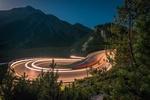 Обои Освещенная трасса в горах, ночью, фотограф Martin Silvestri