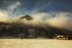 Обои Домик у леса, в котором утопает гора в облаках. Фотограф Desislava Kuleshova