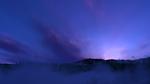 Обои Горные вершины, на которых растут ели, окутаны туманом
