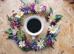 Обои Чашка с кофе в окружении цветочного венка