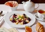 Обои Сервировка к завтраку: блины с вареньем, чай с лимоном, дольки грейпфрута и круасан с джемом