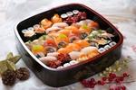 Обои Японская кухня: бенто с ассорти из рисовых роллов и суши с рыбой, икрой и огурцом, рядом шишки, звезда и ягодки на ветке
