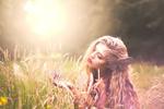 Обои Девушка с бабочкой на волосах сидит в траве и над рукой, фотограф Erica Coburn