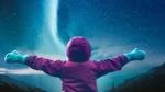 Обои Ребенок, расправив руки в стороны стоит перед ночным небом с северным сиянием, автор Erwin Bosman