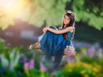 Обои Девочка в синем платье, с венком из цветов на голове, сидит на размытом фоне природы, Ashlyn Mae Photography