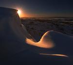 Обои Солнце выглядывает из-за снежной горы, фотограф Ramunas K Fishermang