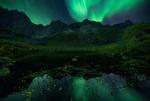 Обои Северное сияние над горами перед озером, фотограф Ramunas K Fishermang