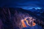 Обои Подсветка на серпантине в горах зимней ночью, горный перевал Malojapass, Switzerland / Малояпас, Швейцария, фотограф Roberto Sysa Moiola