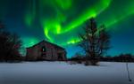 Обои Северное сияние над старым домом, фотограф Tore H