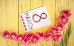 Обои Розовые тюльпаны лежат рядом с открыткой, на которой нарисованы сердечки и написано 8 march / 8 марта