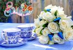 Обои Букет белых роз с матовыми синими ленточками пышно возлежит подле двух чашек росписи гжель (8 марта)