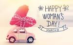 Обои Игрушечная машинка везет на крыше сердечко и фраза 8 march, Happy Womans day / 8 марта, Международный женский день на размытом фоне