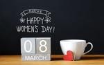 Обои Чашка с сердечком на ниточке стоит рядом с фразой 8 March, Happy Womans Day / 8 марта, Международный женский день на темном фоне