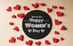 Обои Сердечки лежат вокруг черной дощечки с фразой 8 March, Happy Womans Day / 8 марта, Международный женский день на ней