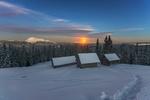 Обои Тропинка к домикам, протоптанная на снегу