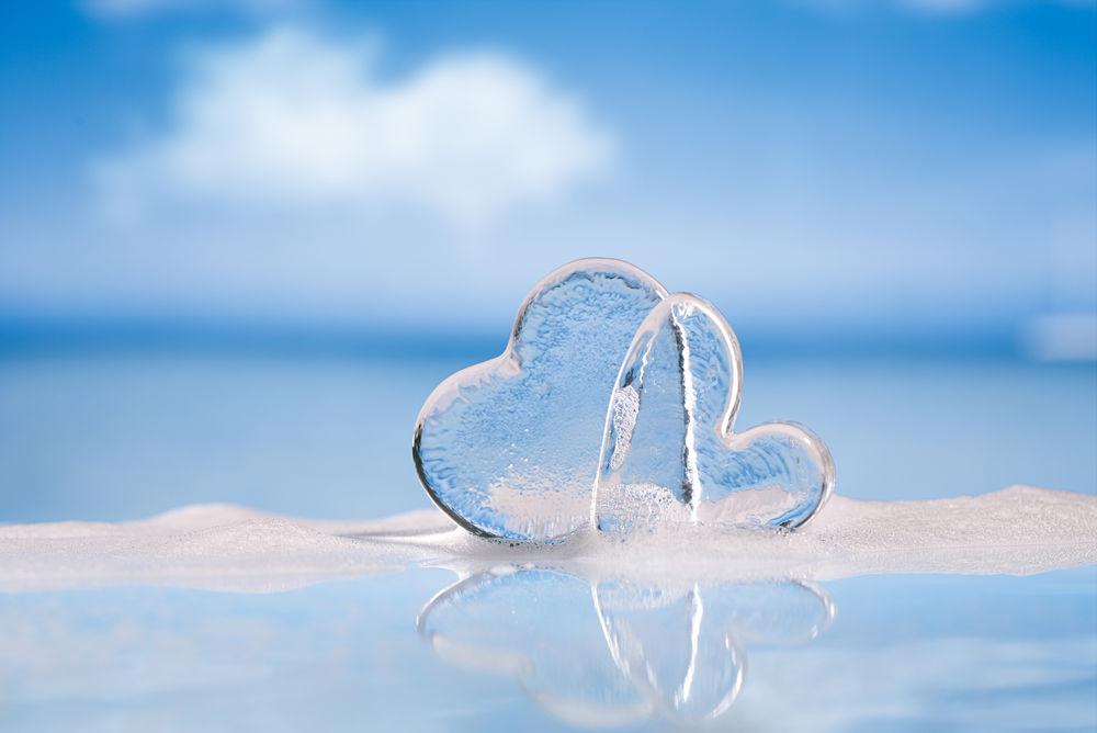 Обои для рабочего стола Два ледяных сердца на голубом размытом фоне
