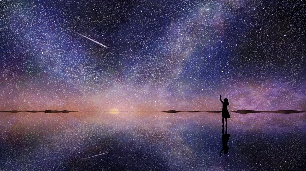 Обои для рабочего стола Силуэт девушки, стоящей на зеркальной поверхности на фоне ночного неба и млечного пути