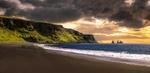 Обои Морской пляж и зеленые холмы под закатным небом, скалы на заднем плане