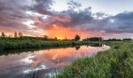Обои Тихая речка на фоне вечернего летнего неба