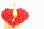 Обои Спички с красными головками, сложенные в форме сердца на белом фоне, одна спичка зажжена
