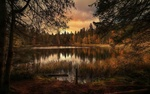 Обои Небольшое озеро окруженное лесом, фотограф Chris Frank