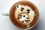 Обои Чашка кофе с забавной мордочкой, выложенной из пенки
