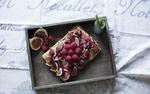 Обои Тортик, украшенный кусочками инжира и малиной, на деревянном подносе