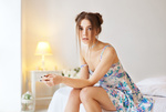 Обои Модель Ksenia Kokoreva сидит в комнате, фотограф Maxim Maximov