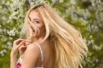 Обои Блондинка на фоне весенних цветущих деревьев