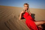 Обои Блондинка в красном платье лежит на песке, фотограф Иван Горохов