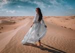 Обои Девушка в белой одежде идет по песку, фотограф Ivan Gorokhov