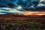 Обои Поезд, проезжающий по мосту, на фоне пасмурного неба