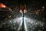 Обои Девушка идет по ночной дороге, фотограф Isaac Gautschi
