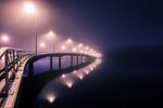 Обои Освещенный мост в туманную ночь, фотограф Juuso Hаmаlаinen