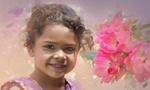 Обои Портрет девочки на фоне тюльпанов