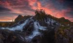 Обои Водопад Лофотен под облачным небом, фотограф Carlos F Turienzo
