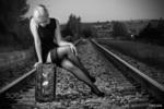 Обои Блондинка Sally сидит на чемодане на железной дороге, фотограф Pablo Canas