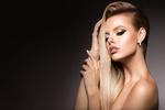 Обои Красивая блондинка держит руки у головы, фотограф Korabkova Nadzeya
