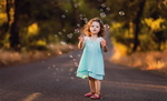 Обои Девочка стоит на дороге и смотрит на мыльные пузыри, фотограф Sergey Bidun