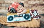 Обои Малыш уснул в наушниках под музыку из приемника