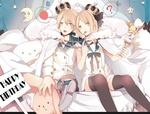 Обои Vocaloids Kagamine Rin & Len / вокалоиды Кагамине Рин и Лен в коронах сидят на диване со сладостями и игрушками, happy birthday