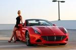 Обои Девушка в черном платье и солнцезащитных очках стоит у красного, 2-х местного родстера Ferrari California / Феррари Калифорния