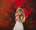 Обои Девочка с маком в руке, фотограф Roberta Baneviciene
