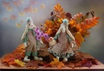 Обои Авторская игрушка, два кролика Тедди на фоне букета из листьев и осенней астры
