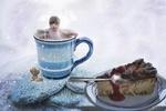 Обои Под падающим снегом, ребенок стоит в кружке с чаем рядом с десертом в блюдце, by ATDSPHOTO