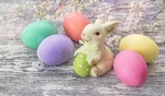 Обои Пасхальные яйца и игрушечный зайка на деревянной поверхности
