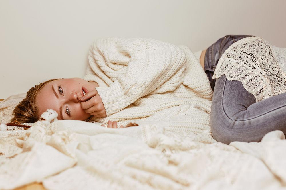 Фото девушки в белом свитере на кровати — pic 10