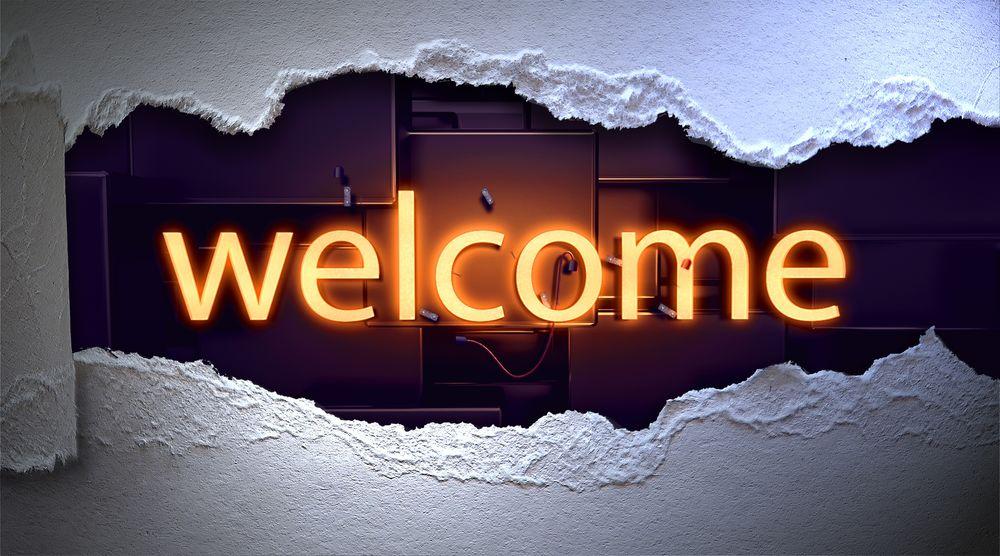 Обои для рабочего стола В дыре в картонной стене светящаяся надпись Welcome / Добро пожаловать, на абстрактном фоне, by PIRO4D