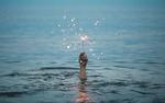 Обои Рука, поднятая из моря, держит зажженный бенгальский огонь